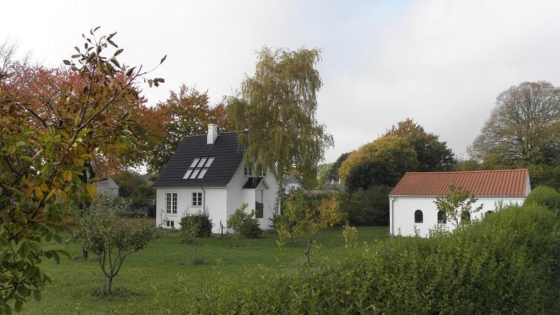 Hus og garage set fra 'parken'