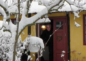 Arne tager imod i døren
