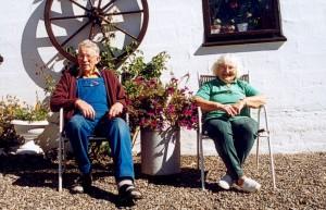 Verner og Edith på gårdspladsen i sommeren 1999