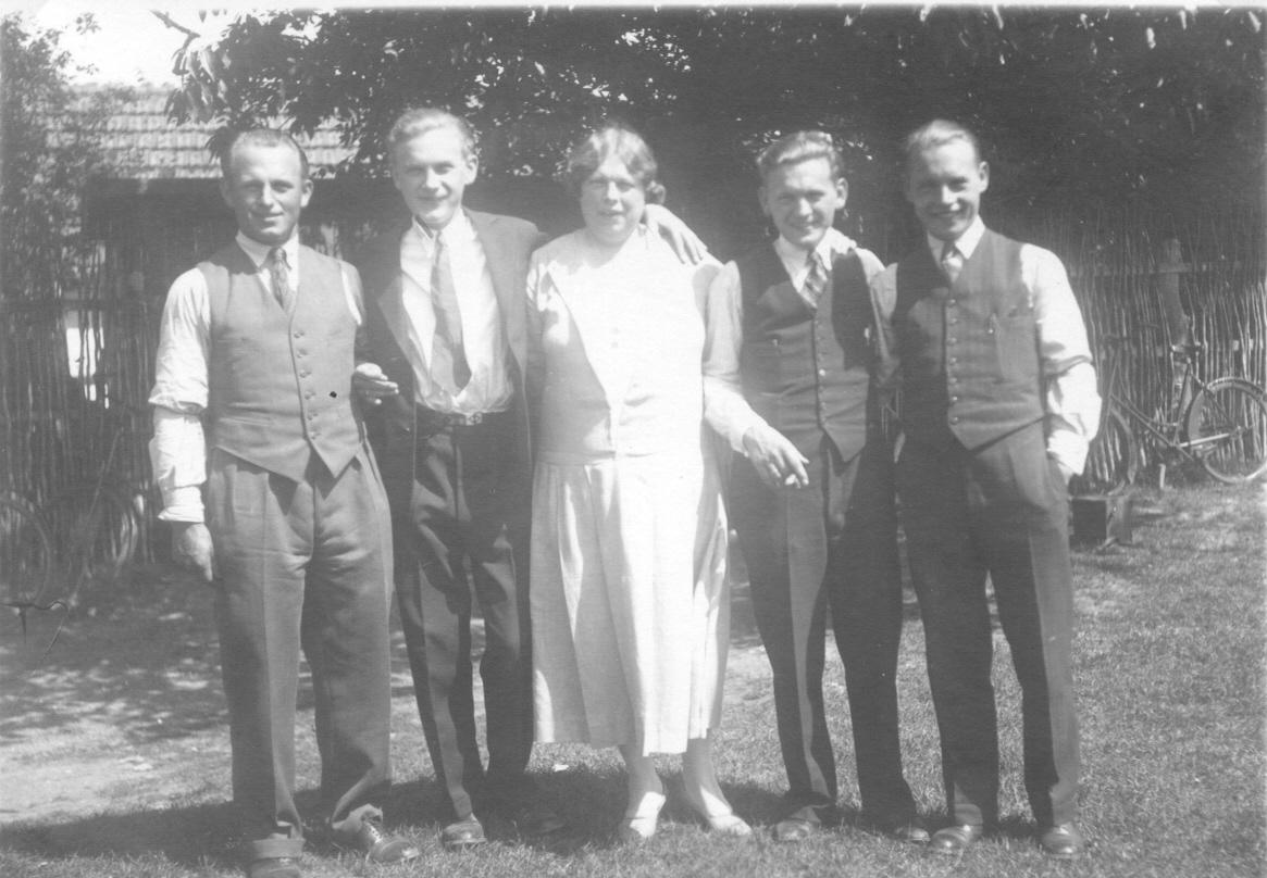 Carl Johan, Johan Frits, Thora, Johan Andreas, Kai Ole og Werner Johan. Alle brødrene hed Johan undtagen Kai han hed Ole