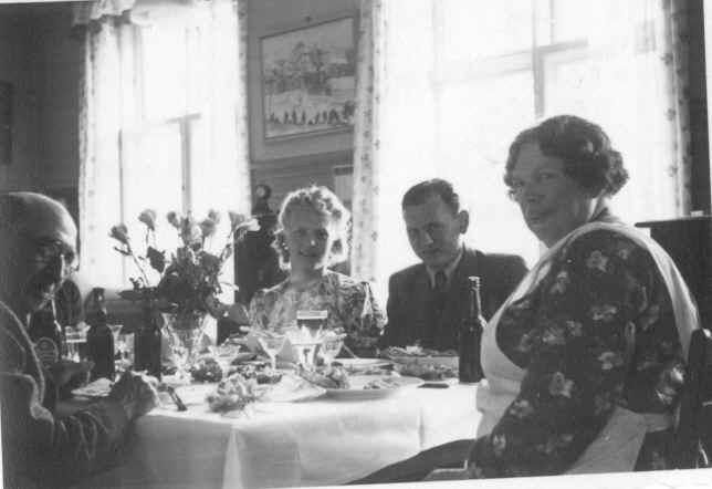 Kai Ole og hans kone i midten formegentligt fra bryllup den 5 juli 1941