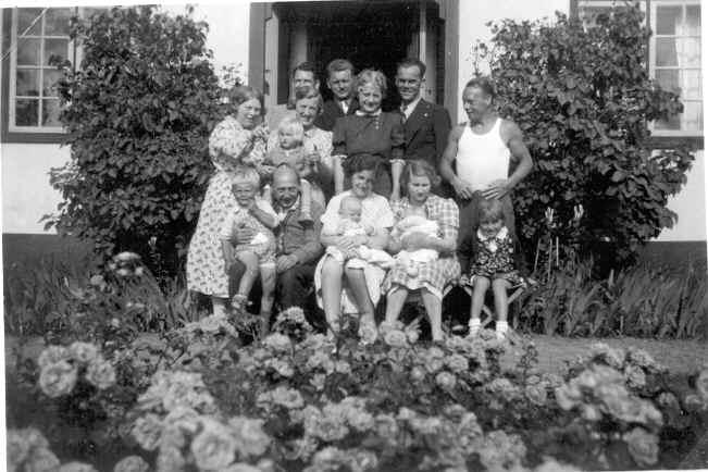 Sønnen Werner i undertrøje og Kai Ole bagerst i billedet