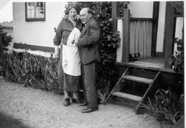 Johan med Thora ved verandaen med den fantastiske udsigt over havet og mod Vestmøn