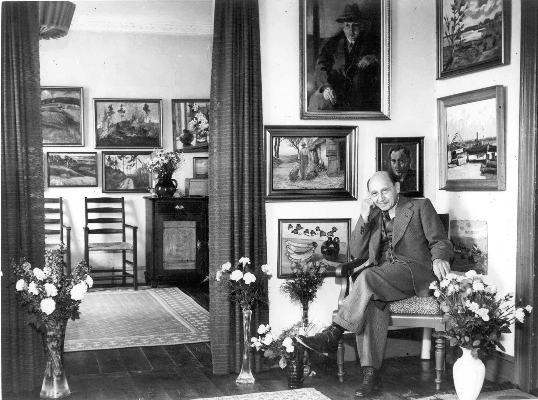 Johan Andreas Jacobsen fotograferet hjemme i sin københavnske lejlighed på Peter Bangsvej engang først i 1950'erne