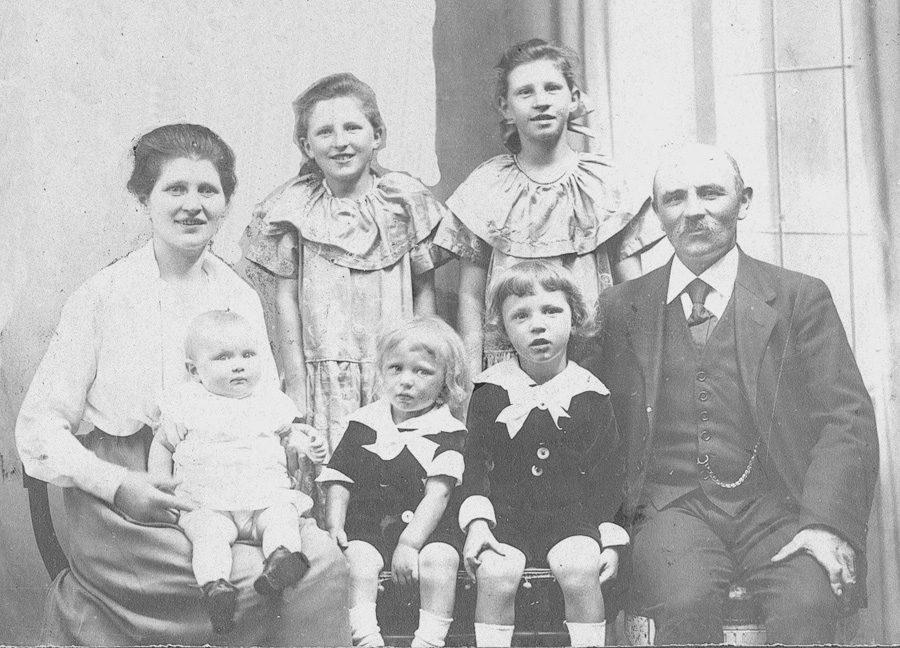 På dette billede fra 1922 eller 1923 ses fra venstre Anna Petersen flankeret af døtrene Dagmar Elise og Else i bagerste række. I forreste række sidder hun med Niels på skødet, mens Helge og Hans sidder i midten efterfulgt af Peter Andreas Petersen. Foruden de fem børn på billedet bragte Anna Petersen en dødfødt pige til verden.