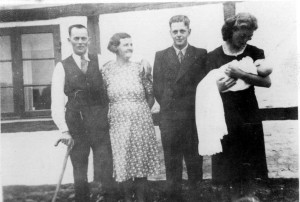 Til min storebros Asgers barnedåb. Ingeborg holder Gunnar står ved siden af min moster Eli, der boede fra Magleby.