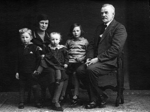 Verner med sin mor, sine 2 søskende og sin bedstefar Aage Marius (klik for at forstørre)