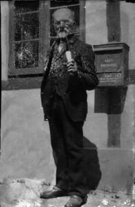 Ediths farfar foran postkassen med kridtpibe i munden