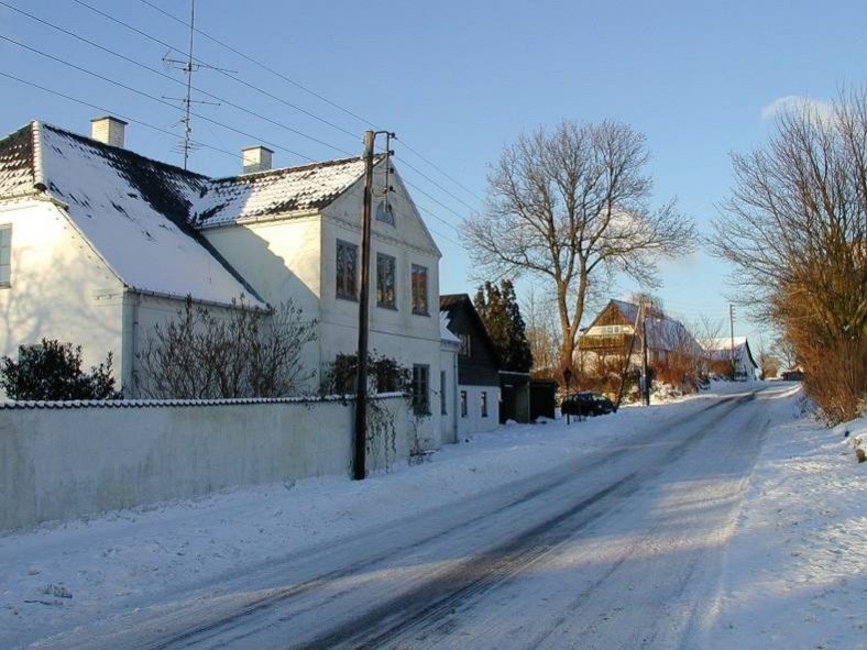 I baggrunden kan man se det gamle hus fra 1807 på Busenevej 4, som man også kan se gavlen af på begge de to tidligere billeder.