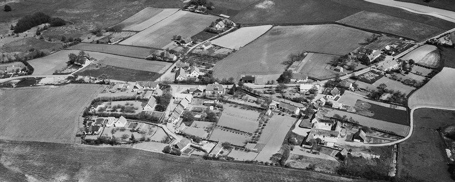 Prøv at finde grænserne for fredningen på dette gamle luftfoto fra 1956 som er taget fra vest! Yderst til venstre ses Busenevej 1 og yderst til høre Busenevej 32. De nuværende huse på Busenevej 3 og 13 er endnu ikke opført.