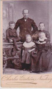 Ane Margrethe (som godt 30-årig) med mand og børn