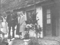 Alvine og Herman Winge foran deres første hus i Mandemarke (Busenevej 5 lejet ) sammen med to af Alvines søstre