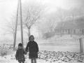 Bitten Winge med Knud Winge i hånden vinteren 1941