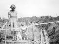 Bitten klapper hunden, mens søster Louise ser til ved den primitive hønsegård bag Busenevej 2