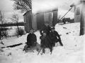 Snevinteren 1943 Bitten på kælken flankeret af sine to fætre Svend Åge og Knud Winge foran Busenevej 5